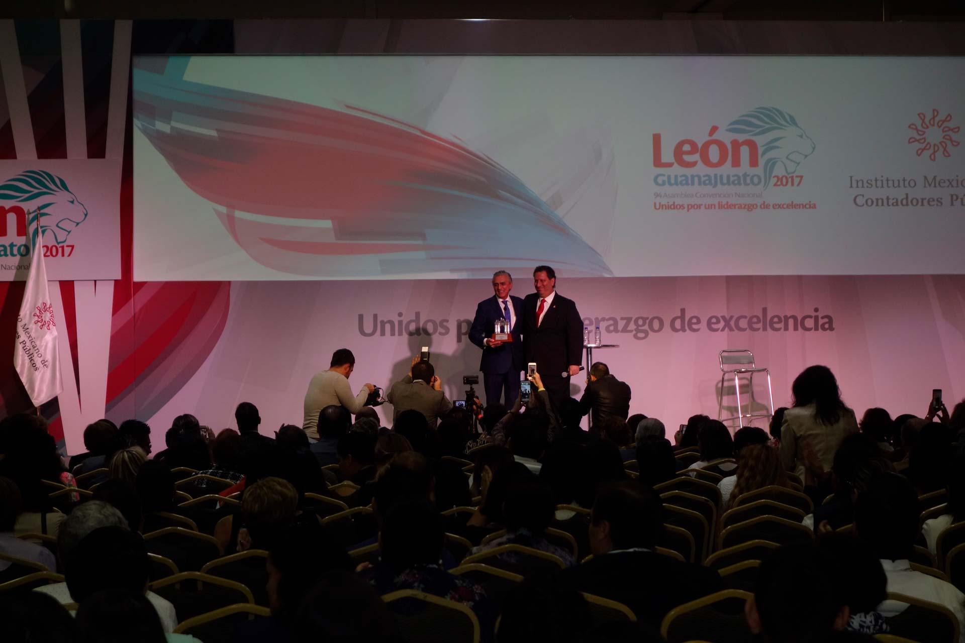 <h3>Dr. Alfonso Ruiz Soto<br /><strong>Conferencia «Semiología de la Productividad Integral»</strong><br />León, GTO. Octubre 26, 2017.</em></h3>