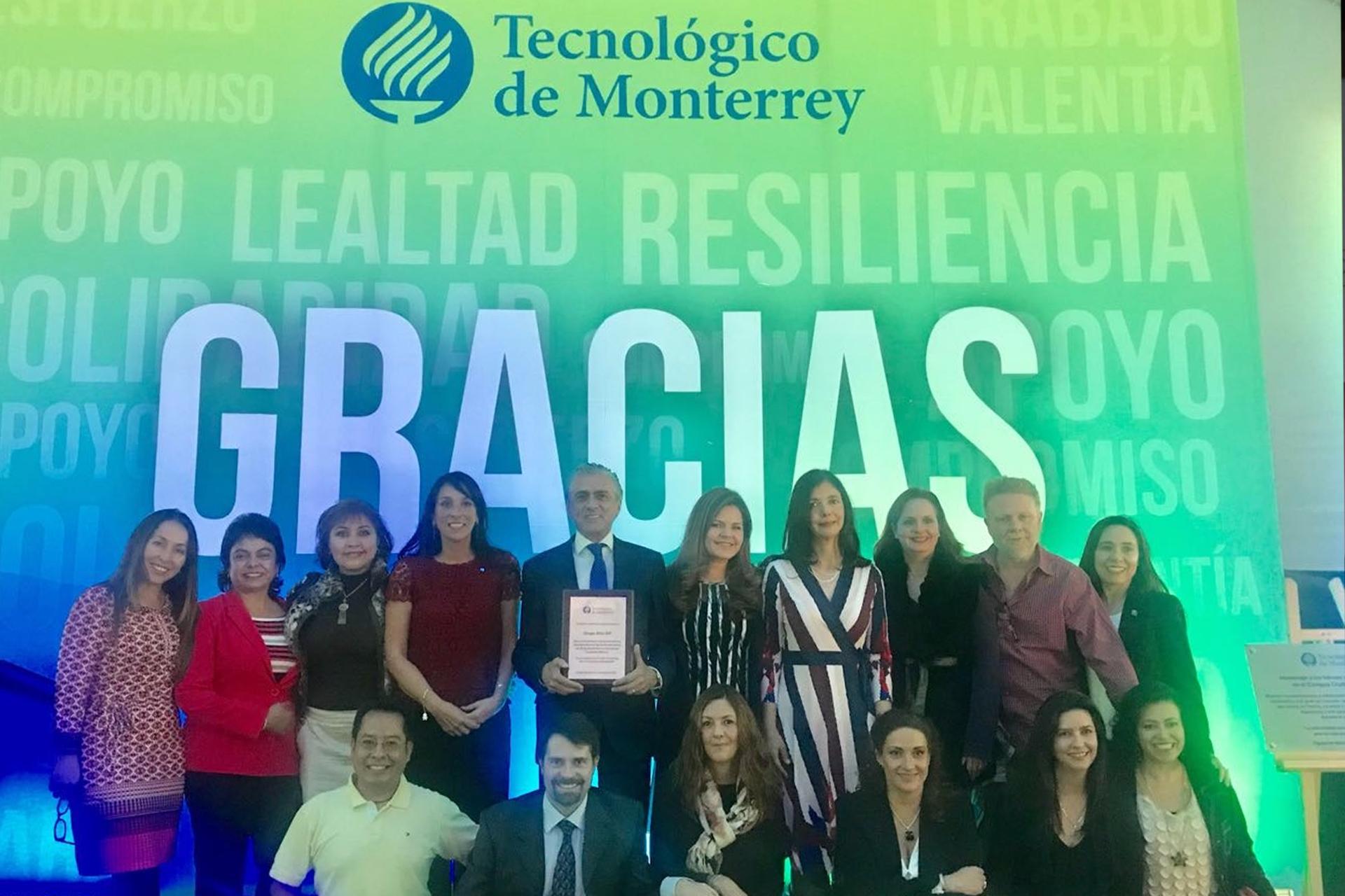 <h3>Dr. Alfonso Ruiz Soto en representación de Grupo Altía I.A.P.<br /><strong>Recibe reconocimiento del ITESM CCM por el apoyo brindado después del sismo del 19/09.</strong><br />CDMX. Noviembre 28, 2017.</em></h3>